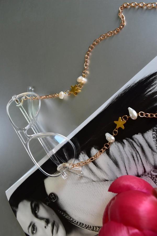 """Aukso spalvos grandinėlė  - akinių laikiklis su naturaliais perlais """"Žvaigždutės"""""""