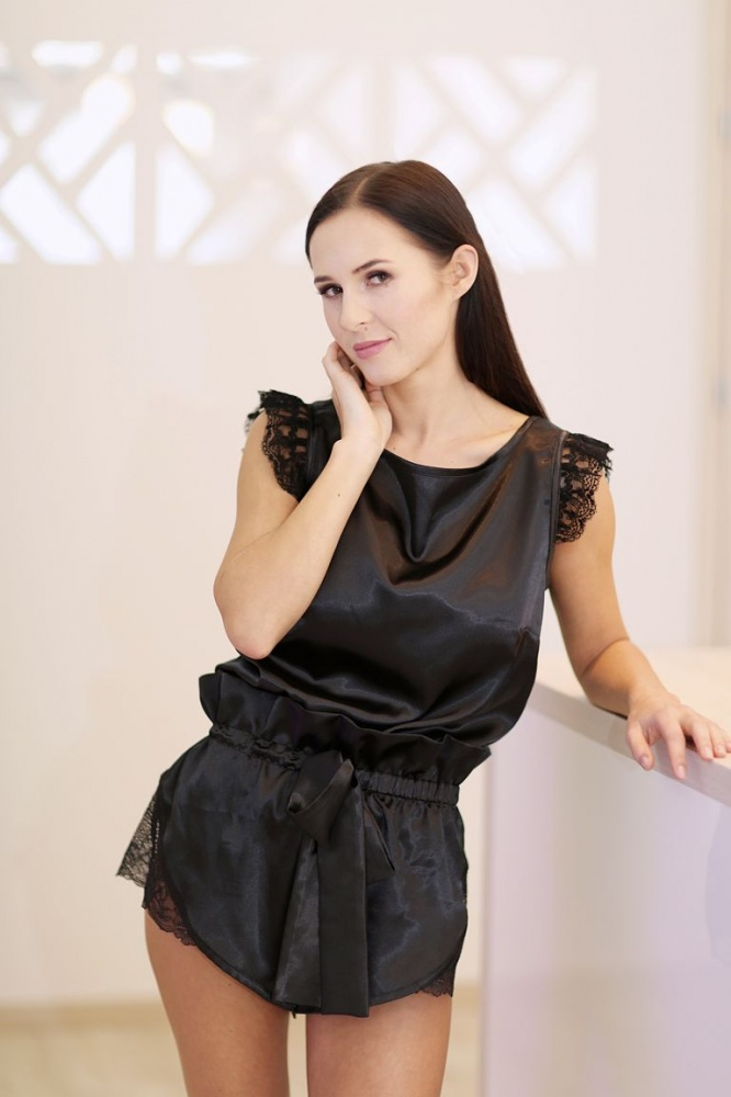 Juoda moteriška pižama su uždara palaidine ir prabangiais nėrinukais