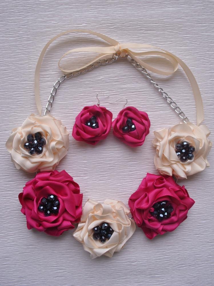 """Kaklo papuošalo ir auskarų komplektukas """"Kreminės, fuksijų spalvos penkios gėlės"""""""