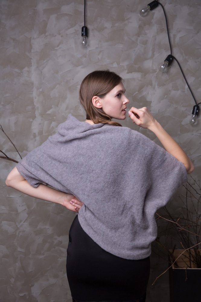 Pilkas moheros asimetrinis megztinis