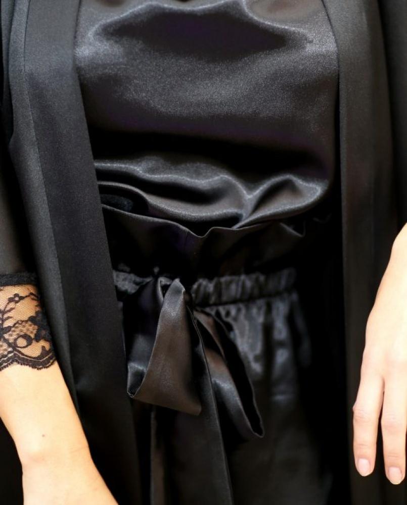 Chalatas su prabangiais nėrinukais – juoda spalva