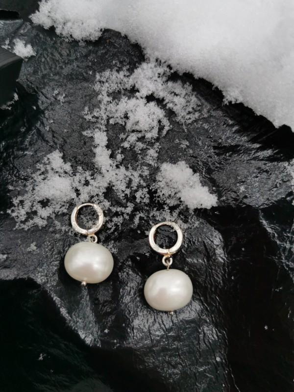 """Sidabriniai hoops auskarai su stambiais perlais """"Mėnuliai ausyse"""""""