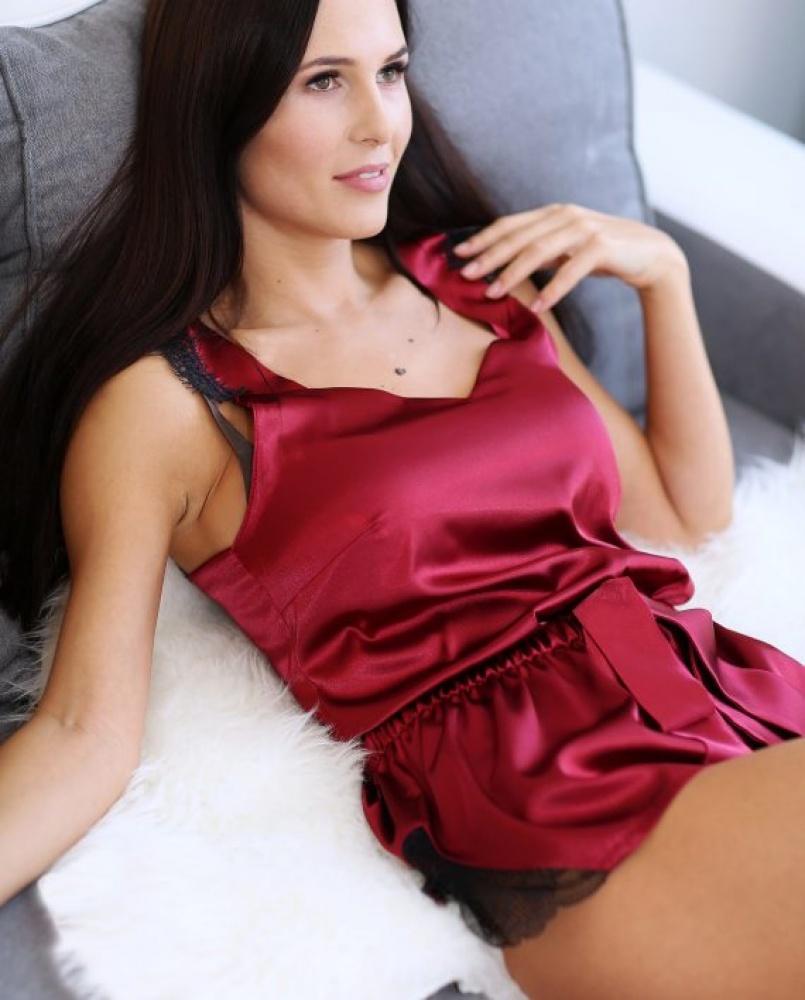 Raudona moteriška pižama su prabangiais juodais nėrinukais